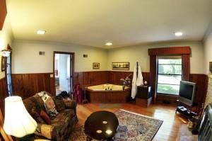 Merlin Luxury Suite Living Room Jacuzzi Lrg